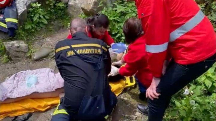 Пам'ятаєте вчорашню трагедію з хлопчиком на водоспаді? Ніхто і не помітив, що вчителька, яка з ними поїхала на екскурсію відразу попала в реанімацію